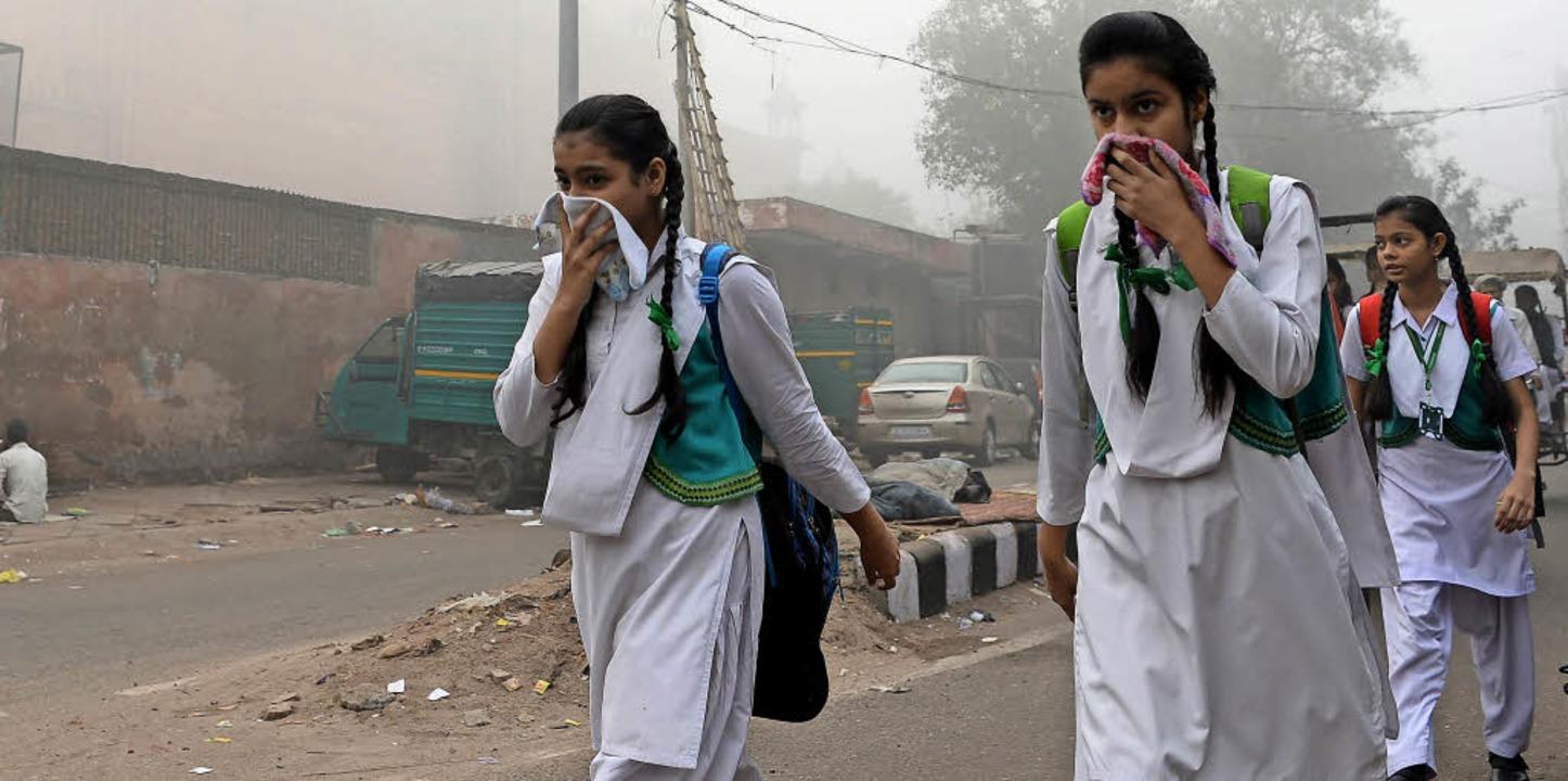 Schülerinnen in Neu-Delhi versuchen, s...rn vor der giftigen Luft zu schützen.   | Foto: AFP