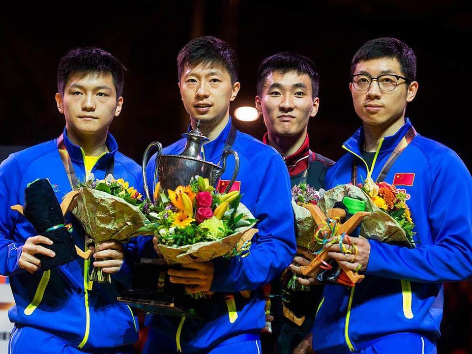 Fan Zhendong, Ma Long und Xu Xin (in Blau, von links)   | Foto: dpa