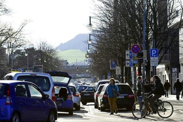 Radfahrer kollidiert am Bahnhof mit einem BMW – Wer fuhr über die rote Ampel?