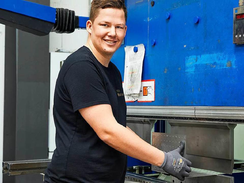 Sascha Büchele an der Kantmaschine  | Foto: Bluesun