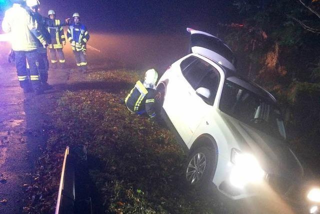 Auto rutscht von der Straße in instabile Lage am Abhang