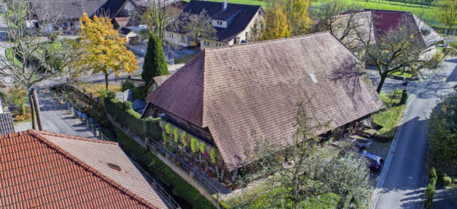 Eng umringt von Nachbargebäuden fällt ...m meisten fotografierten Höfe im Tal.     Foto: Luftbild: Matthias Weniger