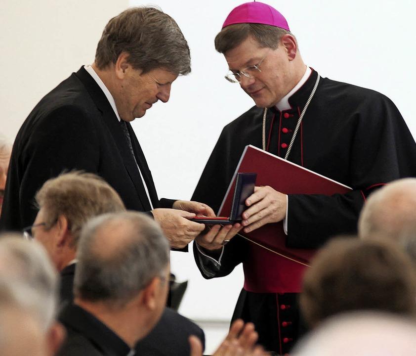 <BZ-FotoAnlauf>Caritasverband: </BZ-Fo...ie Konradsplakette an Bernhard Appel.   | Foto: Benedikt Plesker