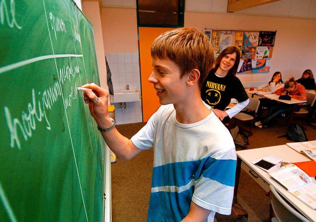 Aus der Kreidezeit: Schüler an einer analogen Tafel  | Foto: Jens Büttner