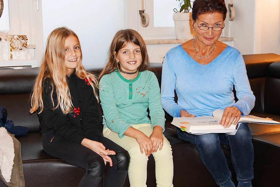 """Philine Künze und Laureen Seel (v.li.) lauschten im wunderschön dekorierten """"Aurum"""" gebannt den Märchenerzählungen von Hilde Butz (re.). (Foto: Marion Rank)"""