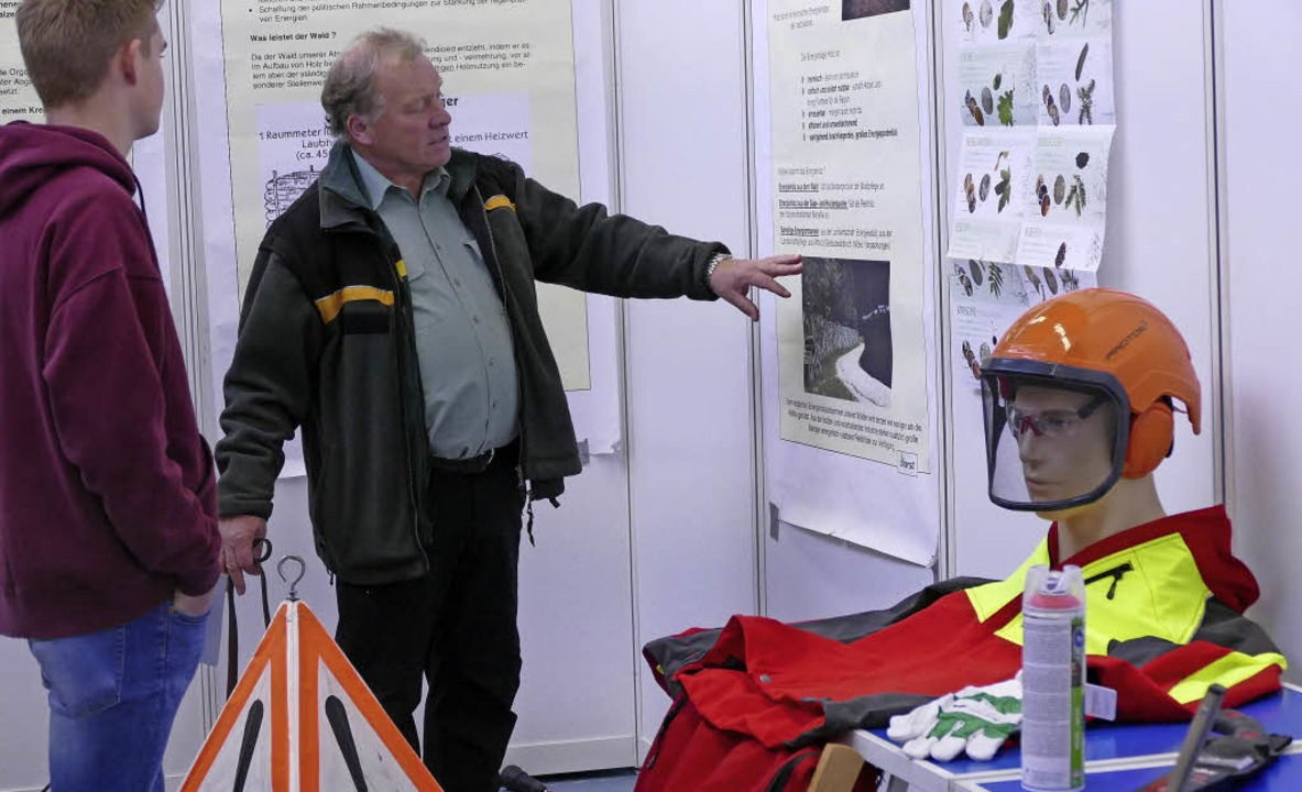 Forstexperte Johannes Wiesler hat glei... seine Arbeitsausrüstung mitgebracht.     Foto: Susanne Müller