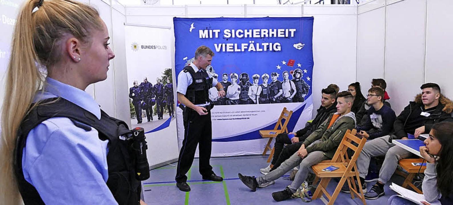 Kein Verhör: Auch die Polizei stellte sich und ihre Arbeit vor.  | Foto: Susanne Müller
