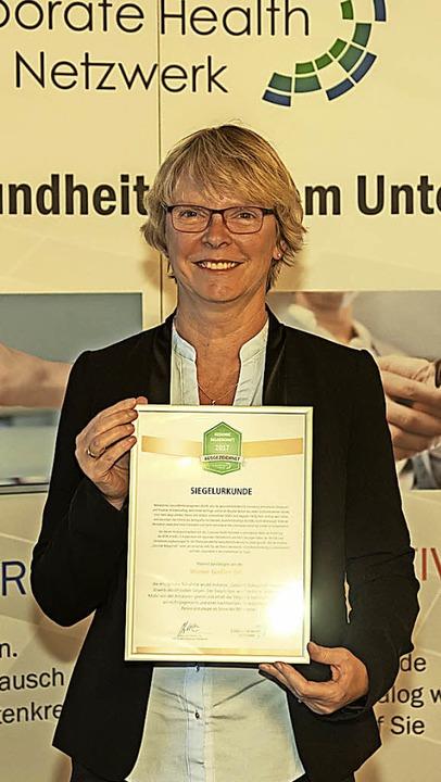 Ute Kaatz, Gesundheitscoach  der Werne...ichnung für das Unternehmen entgegen.   | Foto: Jürgen Schwarz
