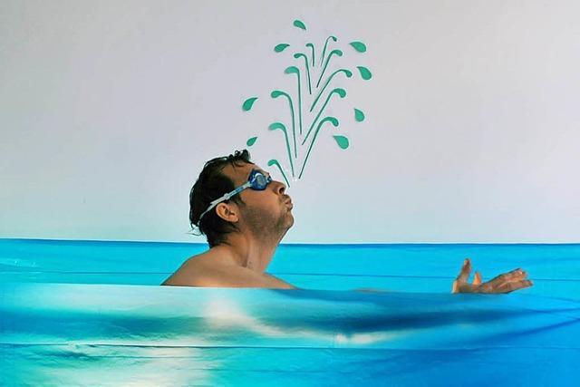 Warum muss man beim Schwimmen oft aufs Klo?