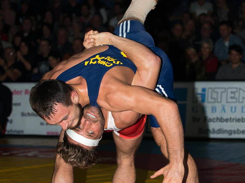 Sascha Keller (rot, TuS) in den 75 Kilo Greco gegen Ruslan Kudrynets   | Foto: Markus Schächtele