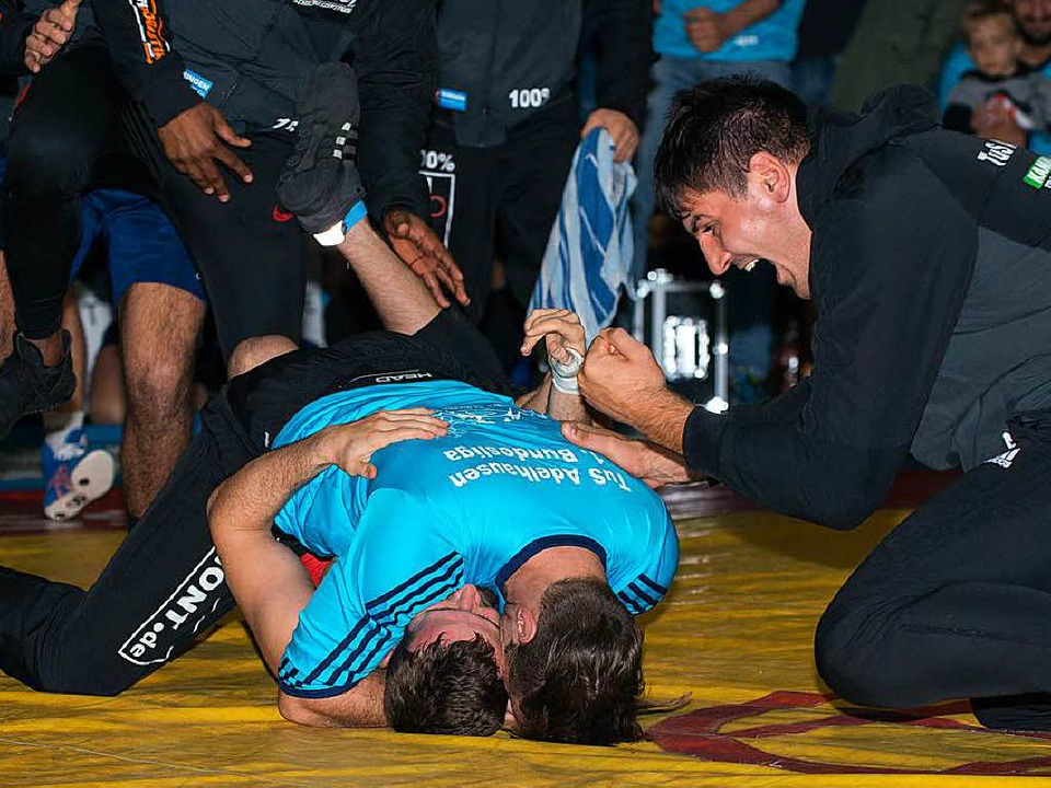 Florian Philipp bedankt sich bei Alexander Semisorow.   | Foto: Markus Schächtele