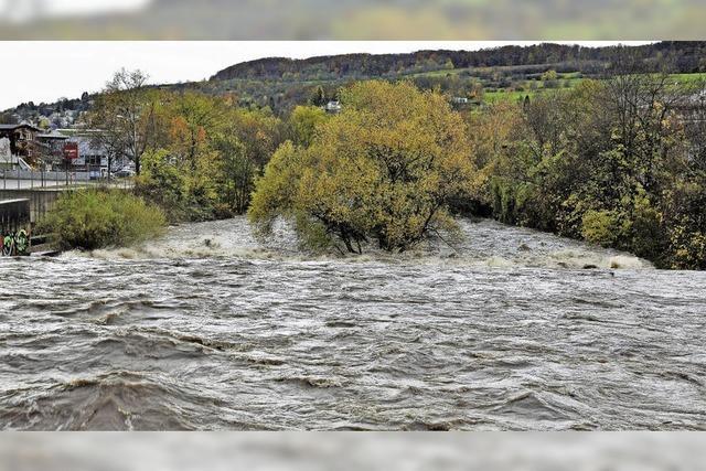 Starker Regen lässt das Wiese-Flussbett voll laufen