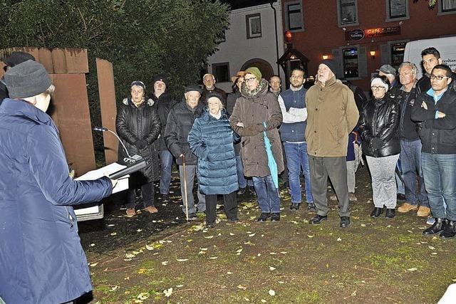 Über 50 Breisacher Bürger gedachten auf dem Synagogenplatz des November-Pogroms vor 79 Jahren