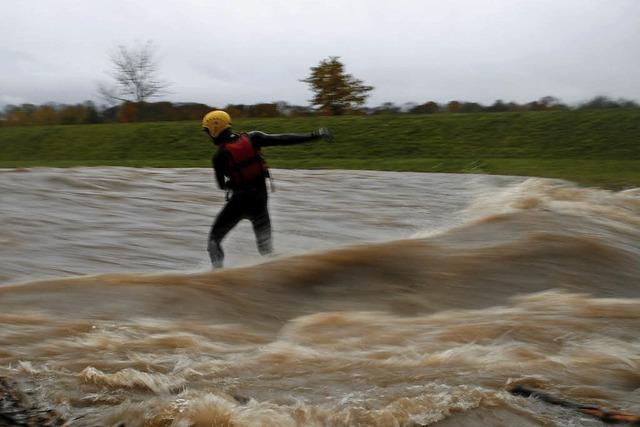 Sturm am Sonntag weht Anhänger in Sexau auf L 110