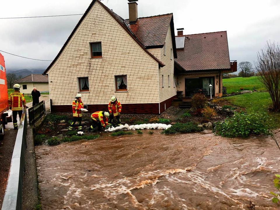 Mit Sandsäcken schützten die Helfer Gebäude vor den Wasserfluten.    Foto: Feuerwehr Kirchzarten