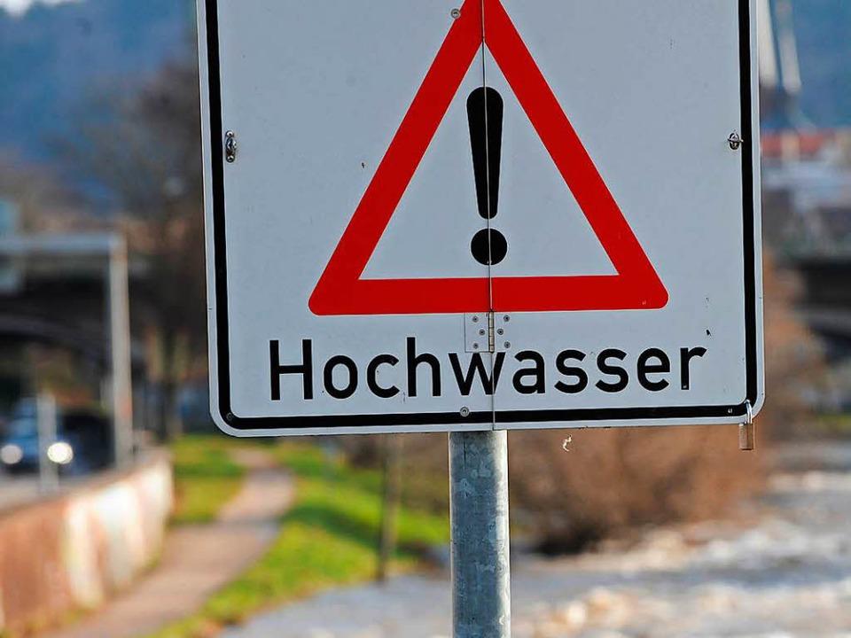 Spaziergänger sollten die Hochwassergefahren nicht unterschätzen.  | Foto: dpa