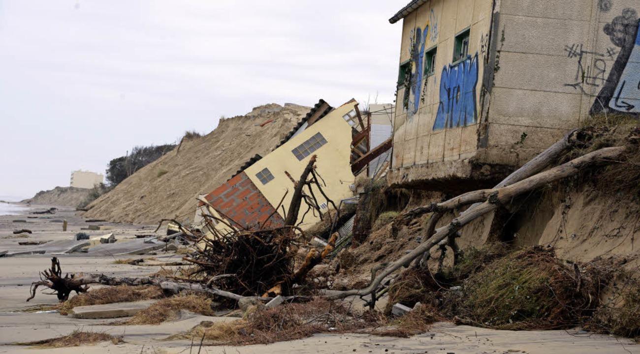 <ppp> so wie diese </ppp>Gebäude, die auf den Strand gestürzt sind.  | Foto: JEAN-PIERRE MULLER