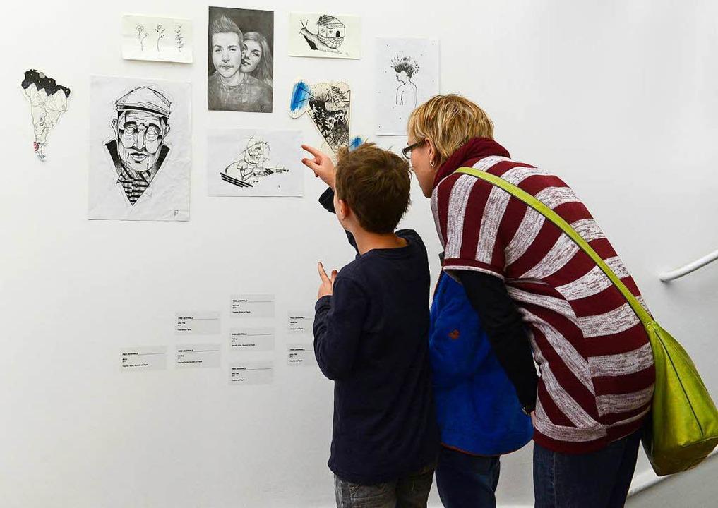 Besucher der Ausstellung im Museum für Neue Kunst    Foto: Ingo Schneider