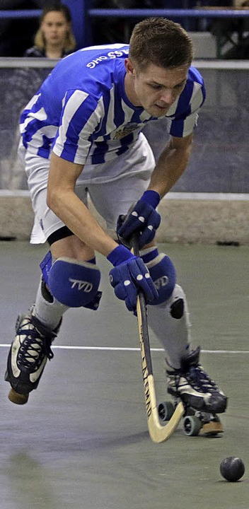 <BZ-FotoAnlauf>Rollhockey:</BZ-FotoAnl... um Kapitän Felix Furtwängler im Pokal  | Foto: Konzok