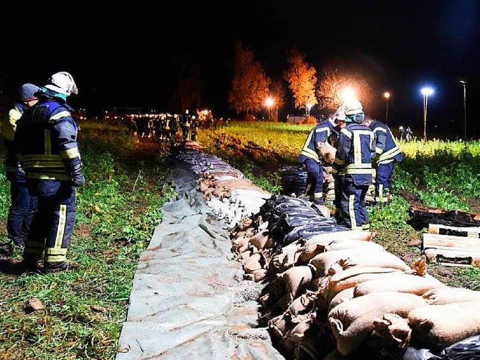Zwischen Maulburg und Schopfheim musst...hrleute einen Sandsack-Wall errichten.    Foto: Joel Salathe