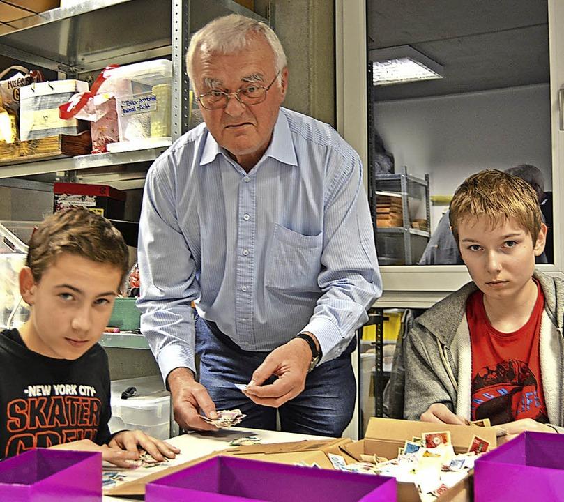 Norbert Amrein erklärt dem Sammlernach...f es beim Briefmarkensammeln ankommt.   | Foto: Danielle Hirschberger