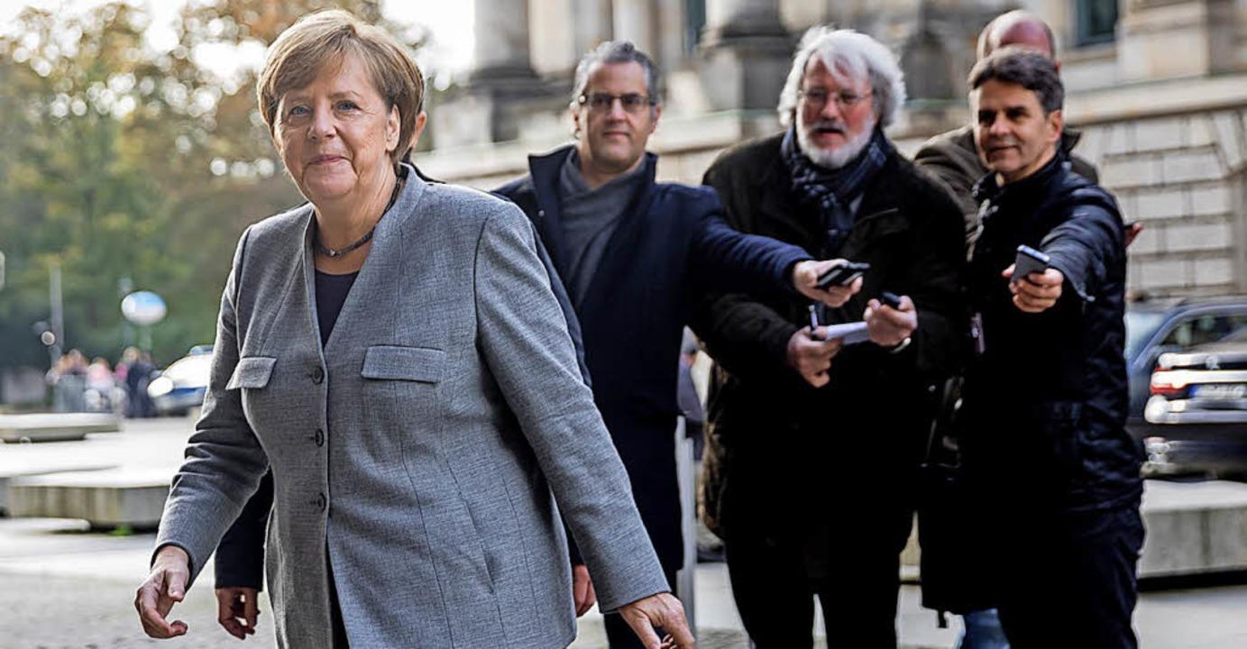 Kanzlerin Merkel wird häufig von Journ...e Wenige zum Hintergrundgespräch ein.   | Foto: dpa
