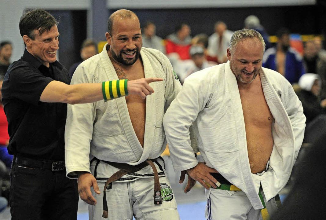 Kampfrichter Michael Haselein zeigt an...n Gegner reagieren auffallend heiter.     Foto:  Büro Schaller