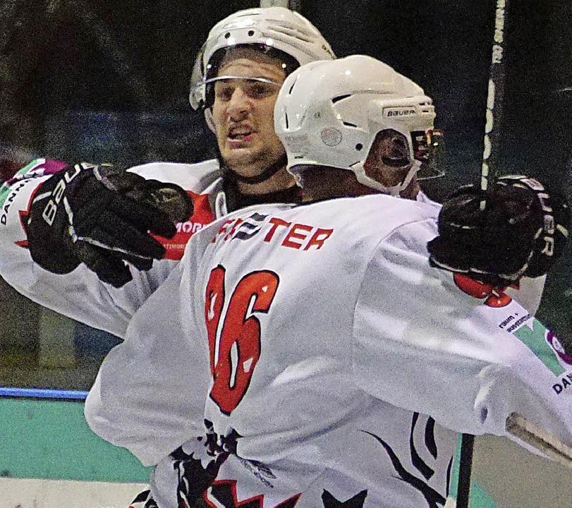 Komm' in meine Arme: Lucas Vlk (...und Lukas Küng, der Torschütze zum 5:3  | Foto: H. Frommherz