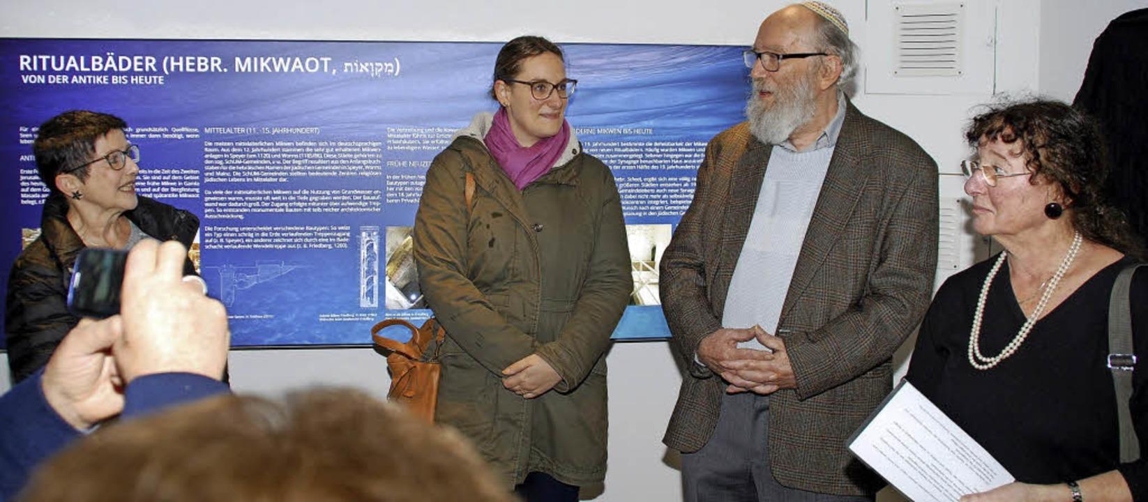 Carola Grasse, Yael und Klaus Teschema...dinger Juden in der Emmendinger Mikwe.  | Foto: Dorothea Scherle