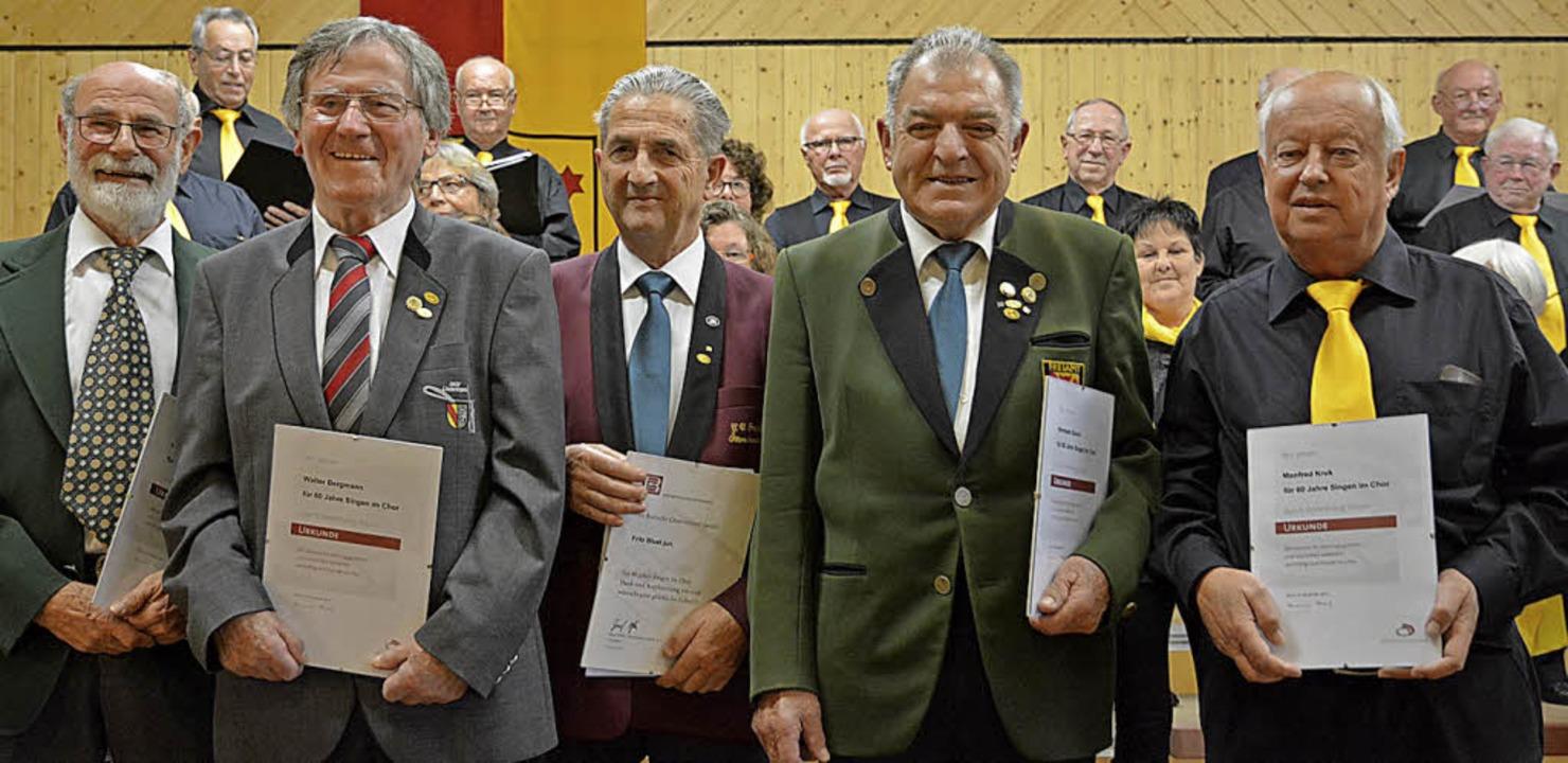 Peter Weiß (von links), Walter Bergman...ruk wurden für 60 Jahre singen geehrt.  | Foto: Benedikt Sommer
