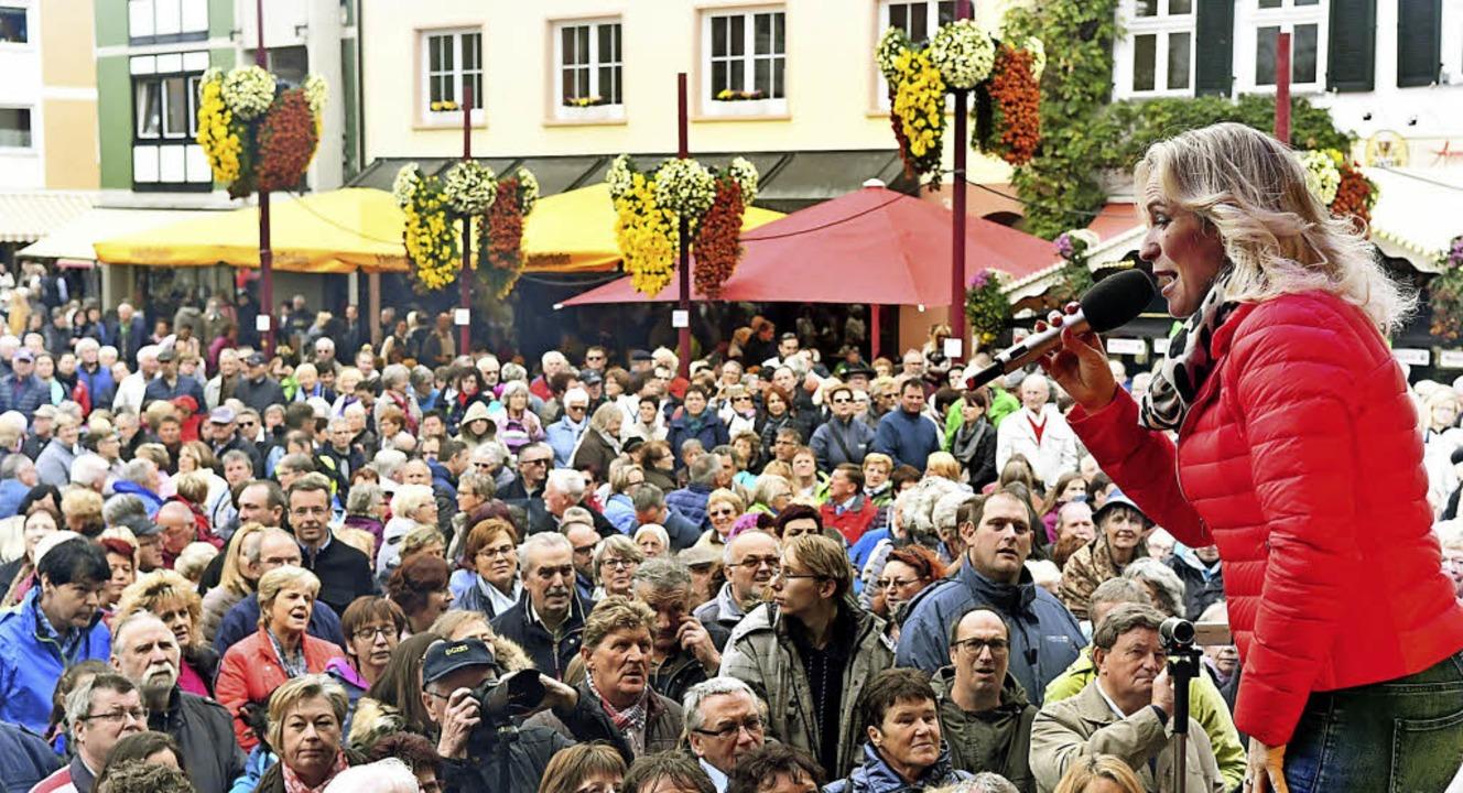 Liane zog am Chrysanthema-Eröffnungswo...nde viele Besucher auf den Marktplatz.    Foto: WOLFGANG KÜNSTLE