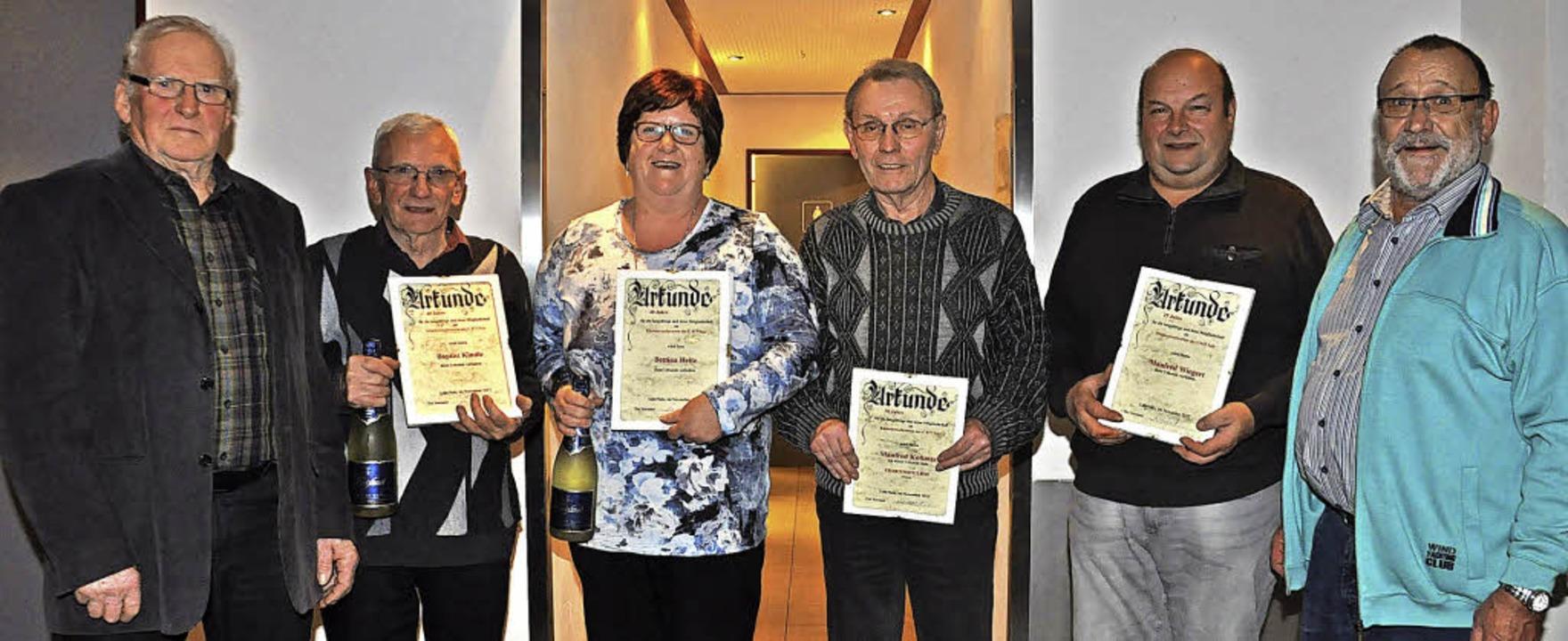 Vorsitzender  Heinz Sexauer (links) un...inks)mit Urkunde und  Ehrennadel aus.     Foto: Dieter Fleig