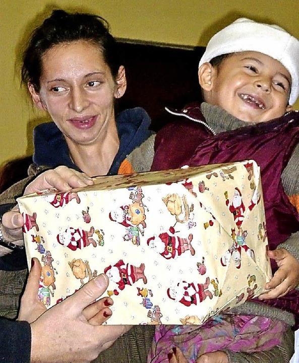 Die Geschenke sorgen in Rumänien für strahlende Augen.     Foto: DRK