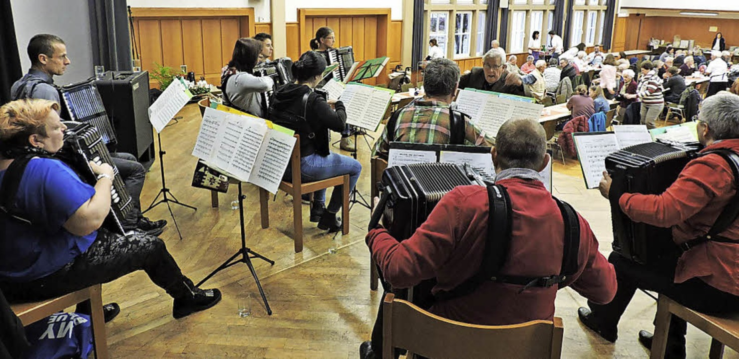 Das Akkordeon-Ensemble Kollnau begleitete den Basar.   | Foto: Fotos: Sredniawa