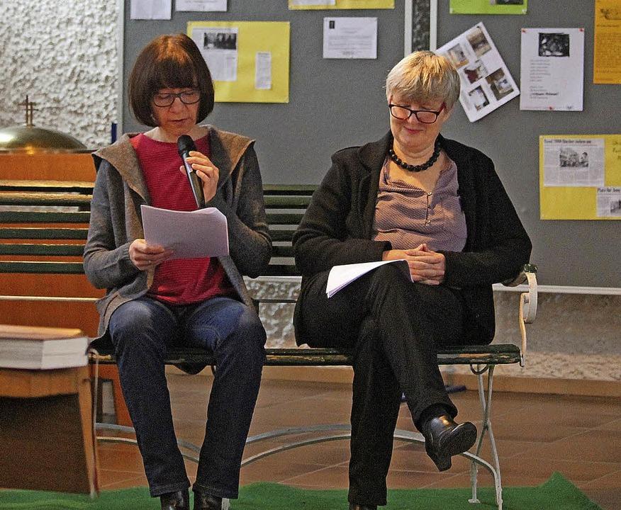 Im Literaturgottesdienst lasen Birgit ...ntheater in der evangelischen Kirche.     Foto: Barbara Rottler