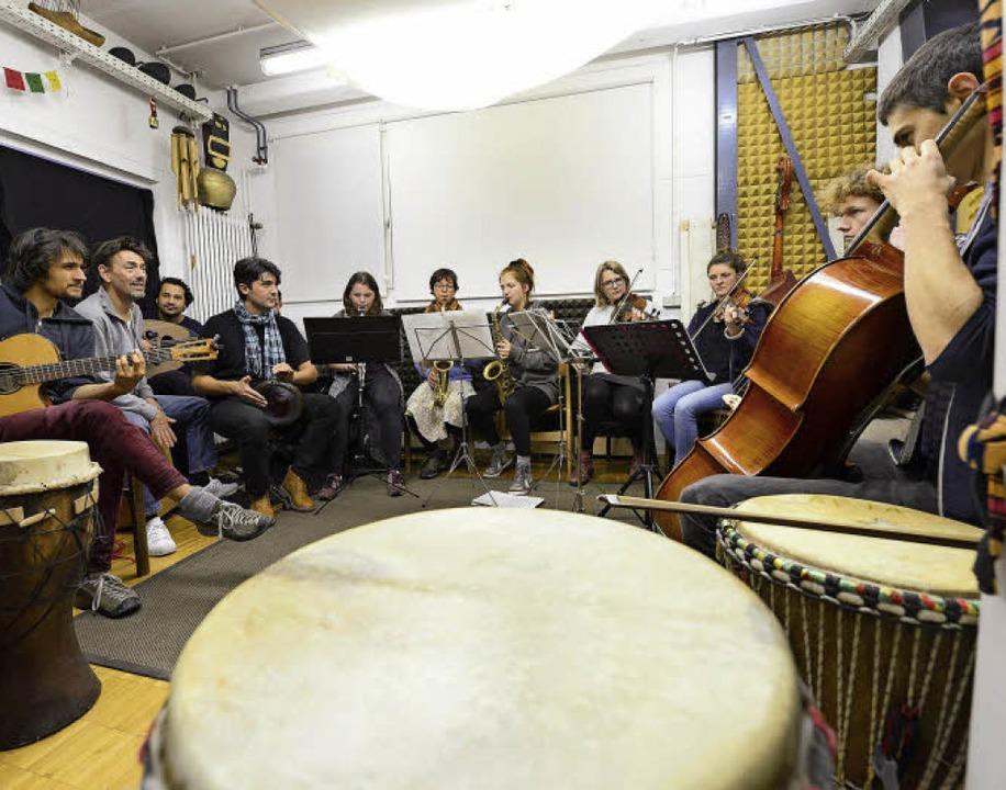 Das Heim- und Fluchtorchester probt in Ro Kuijpers Musikstudio.  | Foto: Ingo Schneider