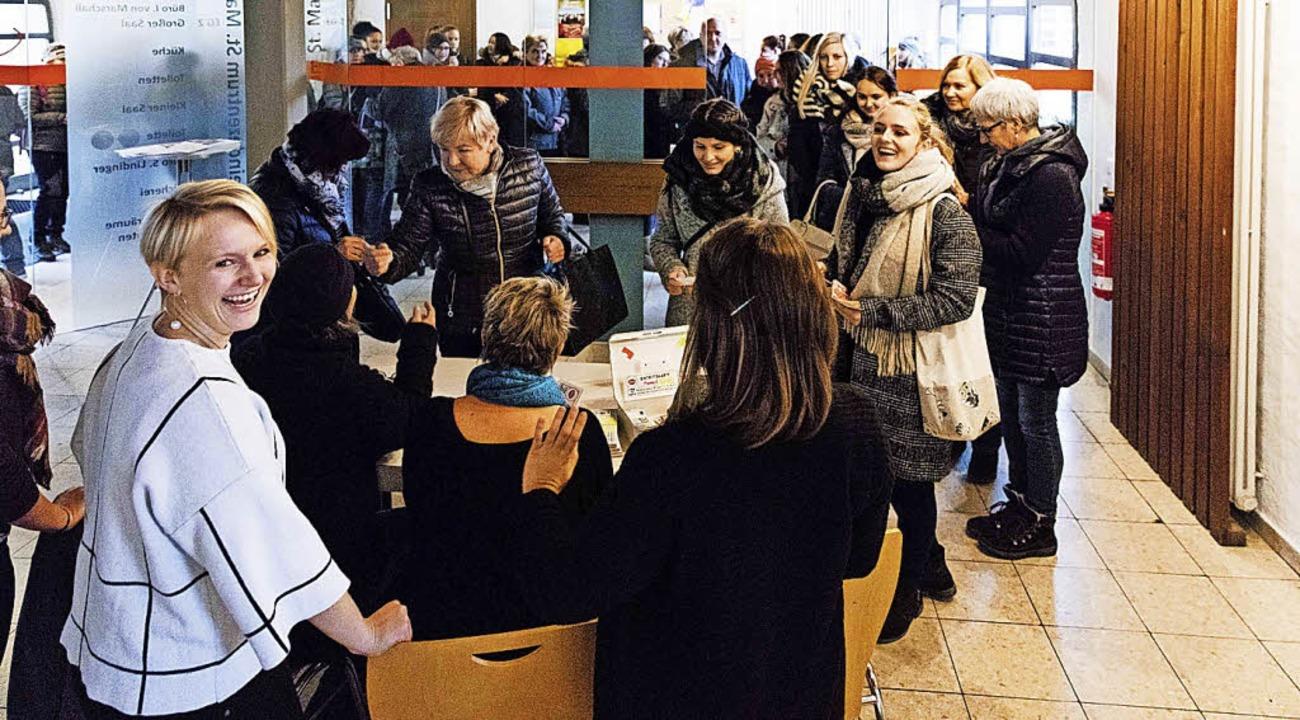 Die Frauen standen schon Stunden vor d...nuten waren alle 240 Karten verkauft.   | Foto: Gabriele Zahn