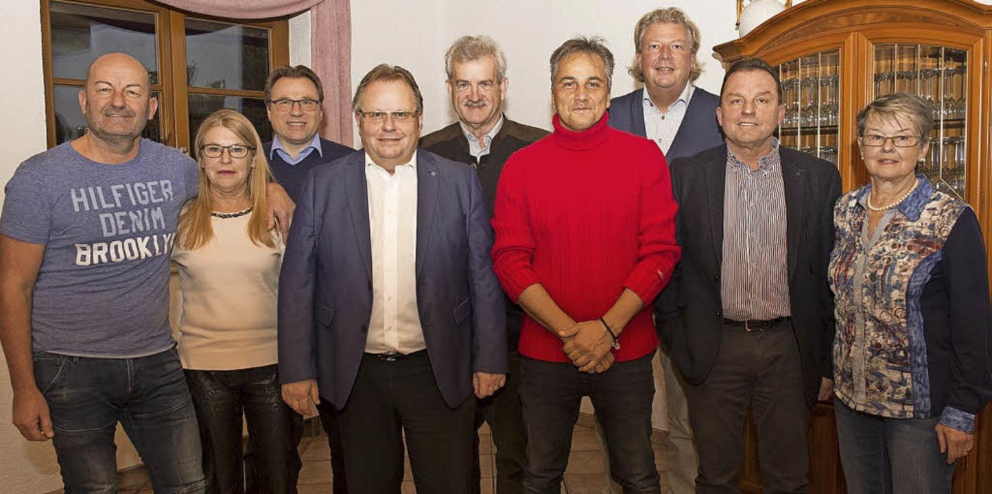 Alle einstimmig wiedergewählt (von lin...fred Sedelmeier und Walburga Streßler.    Foto: Volker Münch