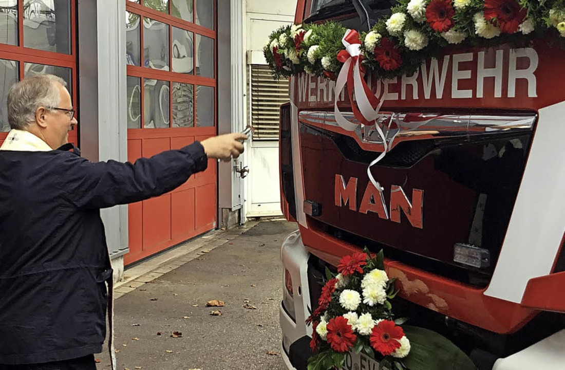 Pfarrer Anton Frank weihte die beiden Fahrzeuge.     Foto: Evonik