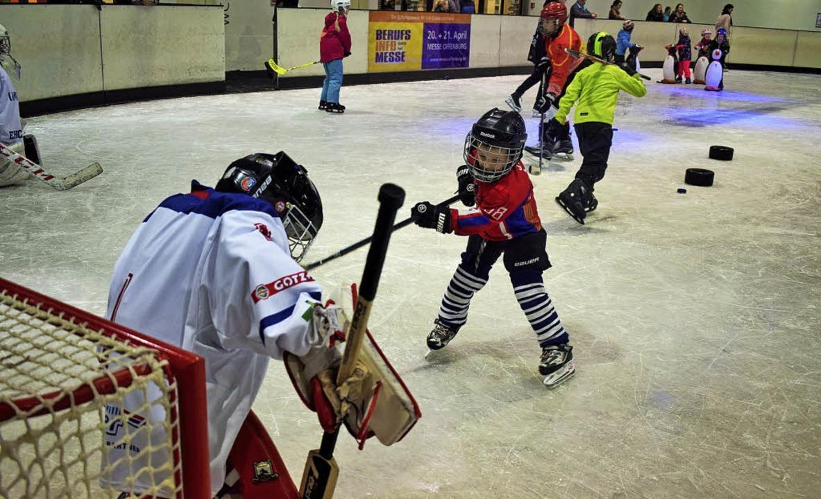 Talent auf dem Eis: Der fünfjährige Lu...von einem Freiburger Nachwuchsspieler.  | Foto: Julia Trauden