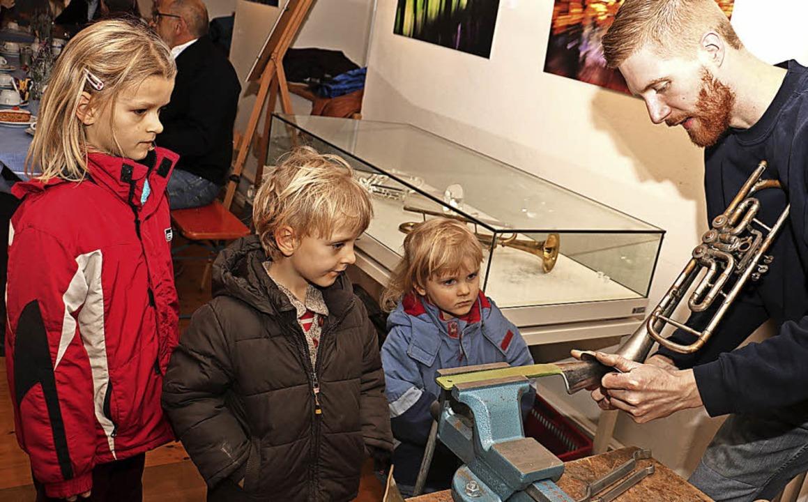 Martin Böhme erklärte auch den kleinen...hern in Eichstetten, wie er arbeitet.   | Foto: Christa Rinklin