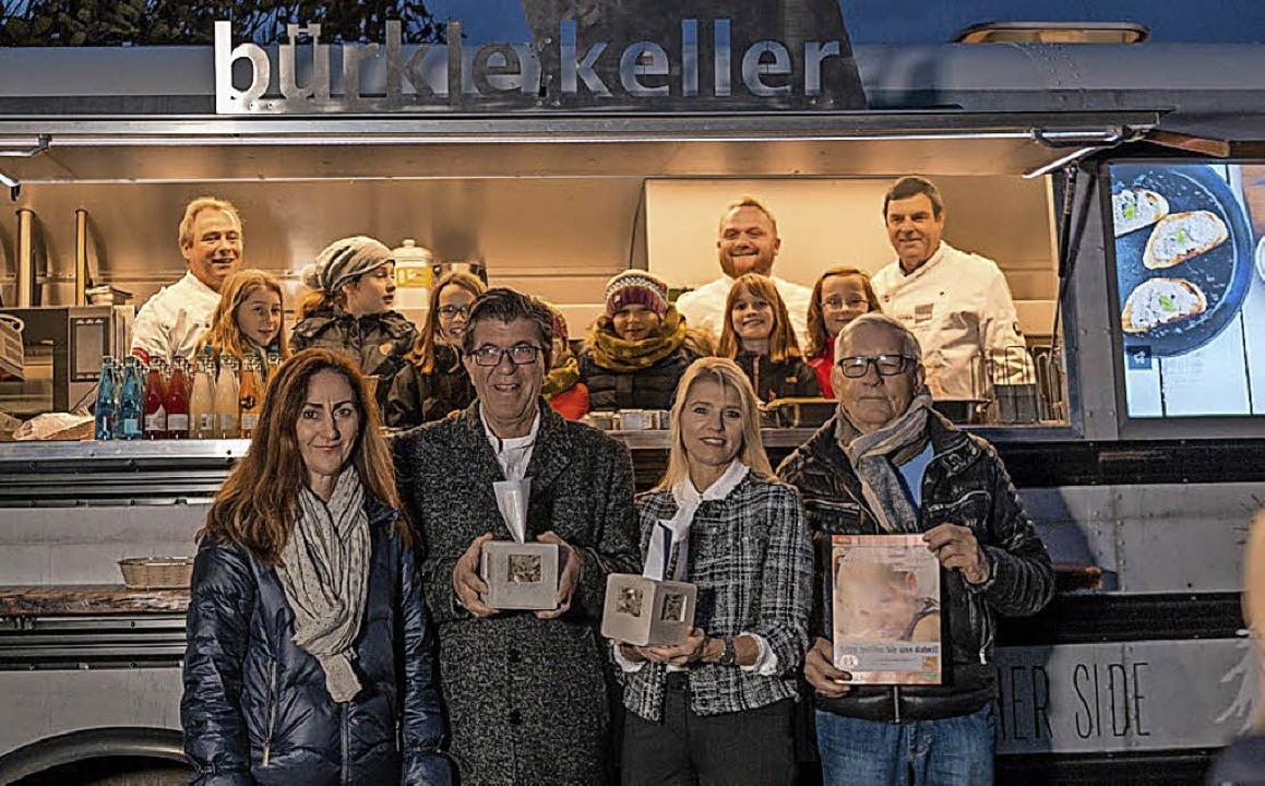 Spendenübergabe (von links): Helena Ga...rein für krebskranke Kinder Freiburg)     Foto: privat