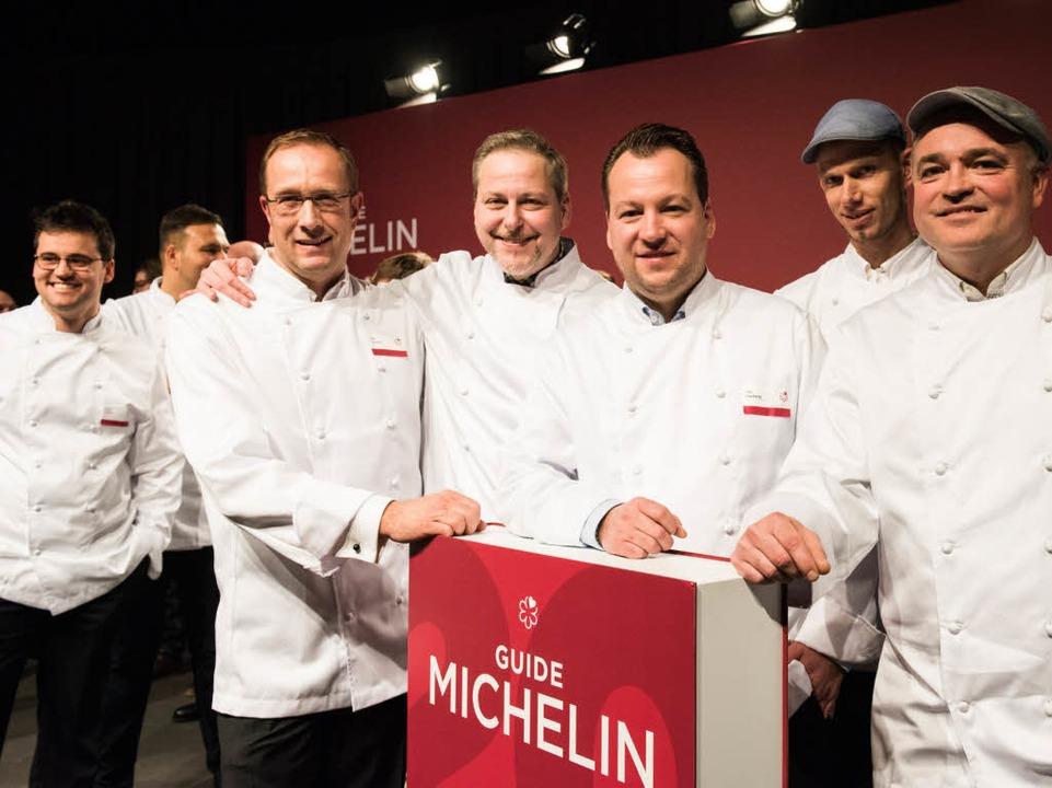 Die Köche (v.l.) Nils Henkel, Christia...ntführers «Guide Michelin» in Potsdam.  | Foto: dpa