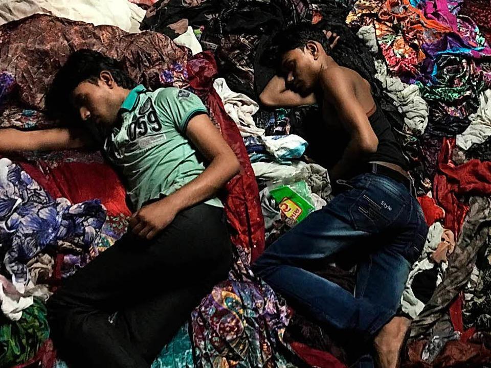 Sie schlafen an ihrem Arbeitsplatz: Junge Textilarbeiter in Indien  | Foto: Pallas Film