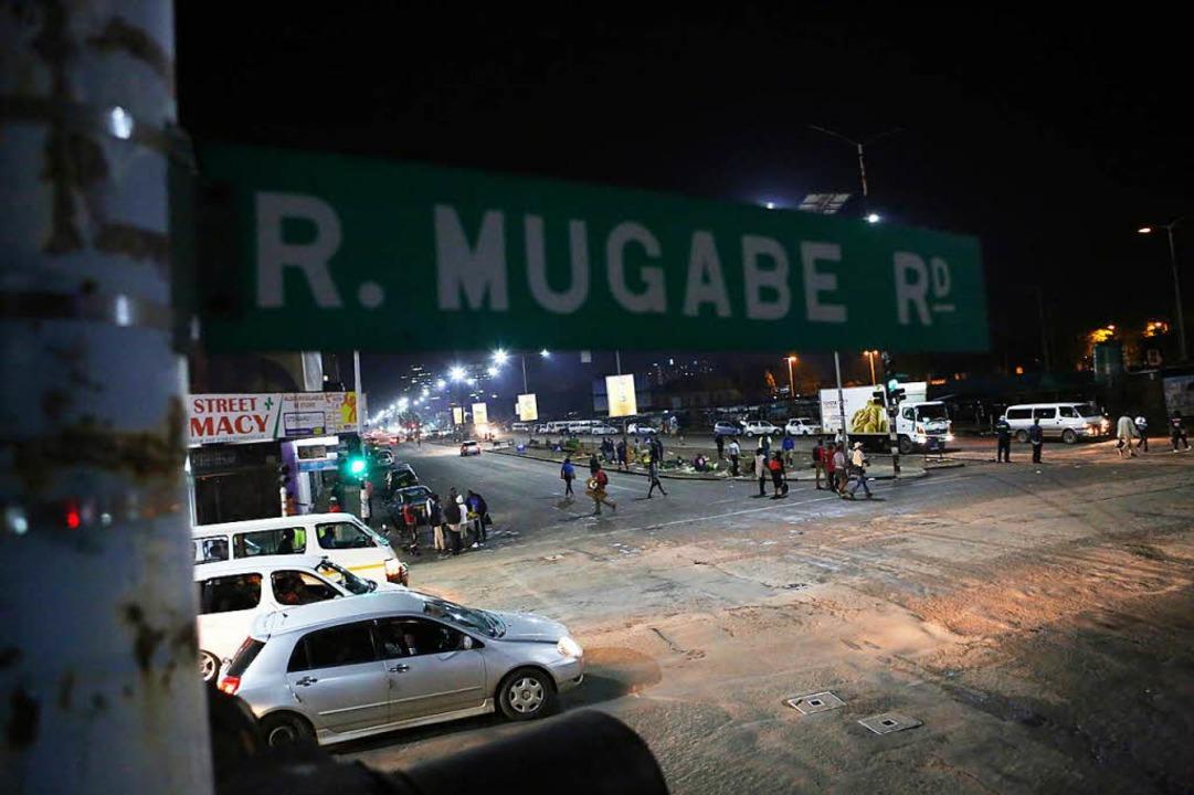 Das Militär hat nach eigenen Angaben z...ie Kontrolle über Simbabwe übernommen.  | Foto: dpa