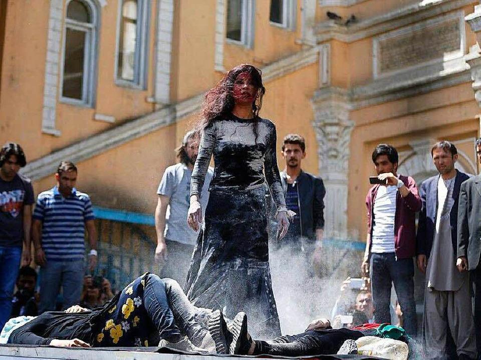 Die Gruppe Azdar bei der Aufführung ei...n Farkhunda Malikzada durch einen Mob.  | Foto: Brot & Zwiebel/Pantaleon Films