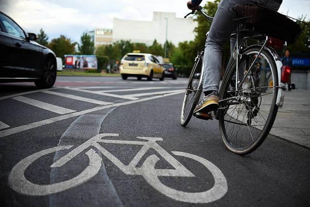 Radfahrerin und Pkw-Fahrerin streiten über Radwegnutzung in Emmendingen