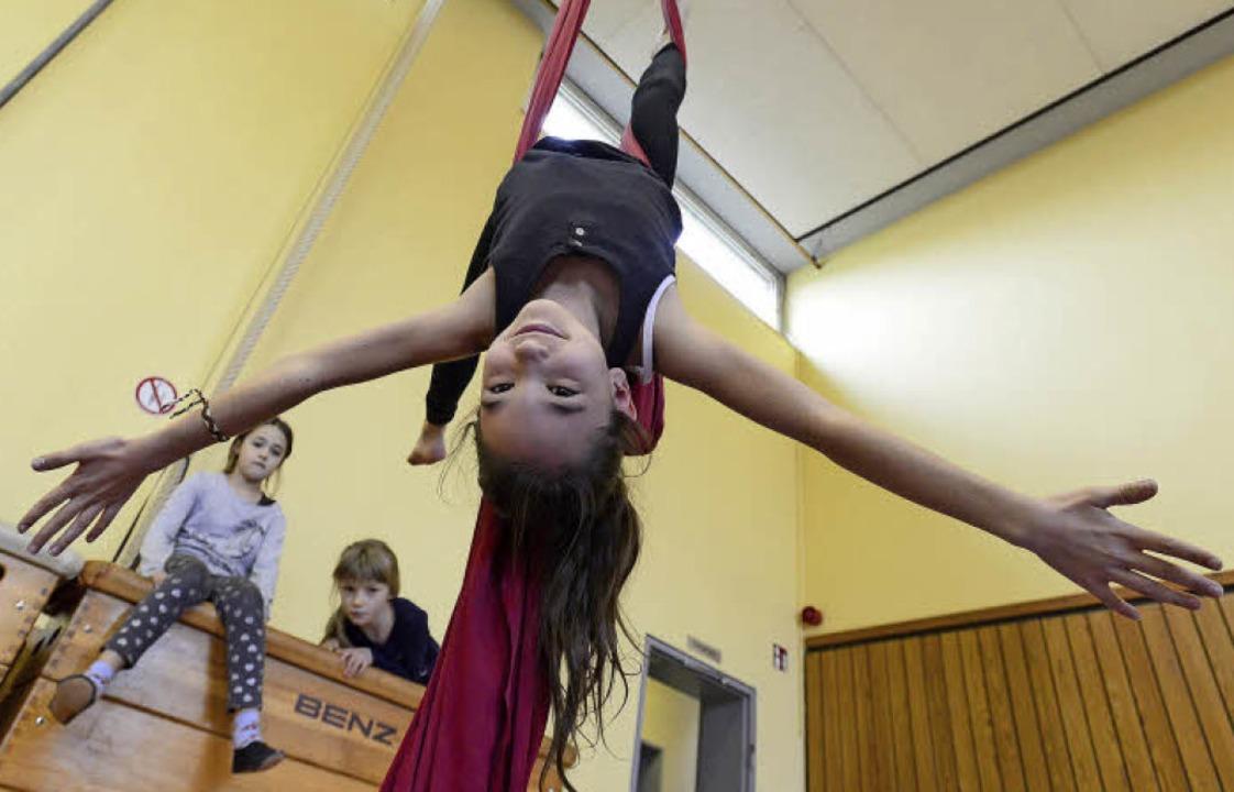 Hoch oben in der Luft: Rahel (10) häng...einem Bein am Tuch und schwebt herum.   | Foto: Ingo Schneider