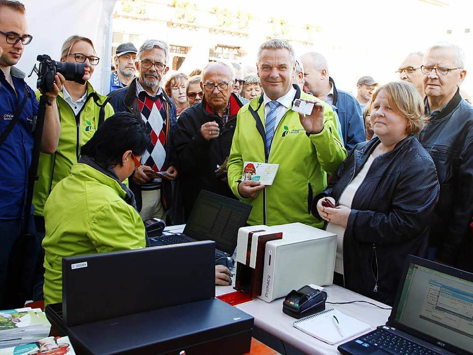 Gut lief er an: Der Verkauf der ersten Dauerkarten für die Landesgartenschau.  | Foto: Heidi Fössel
