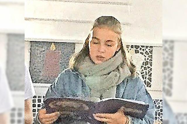 Junge Christen erklären den Gottesdienst